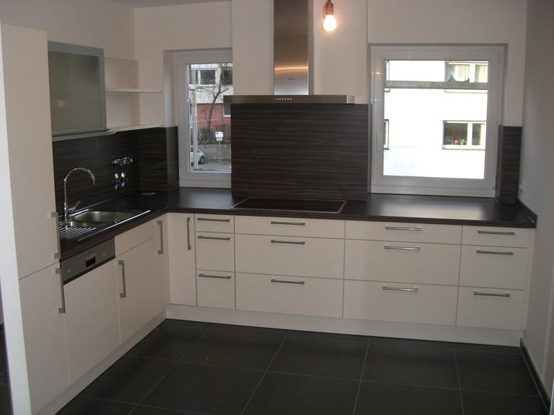 Küche In Magnolie, Arbeitsplatte In Holznachbildung, Dekor Macassar